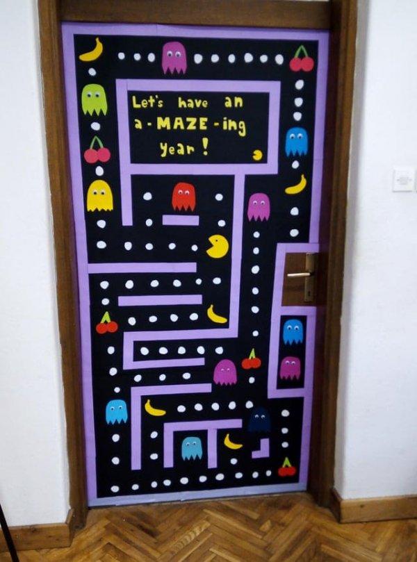 Дверь в моём классе украшена игрой Пакман. Это всегда поднимает мне настроение перед занятиями