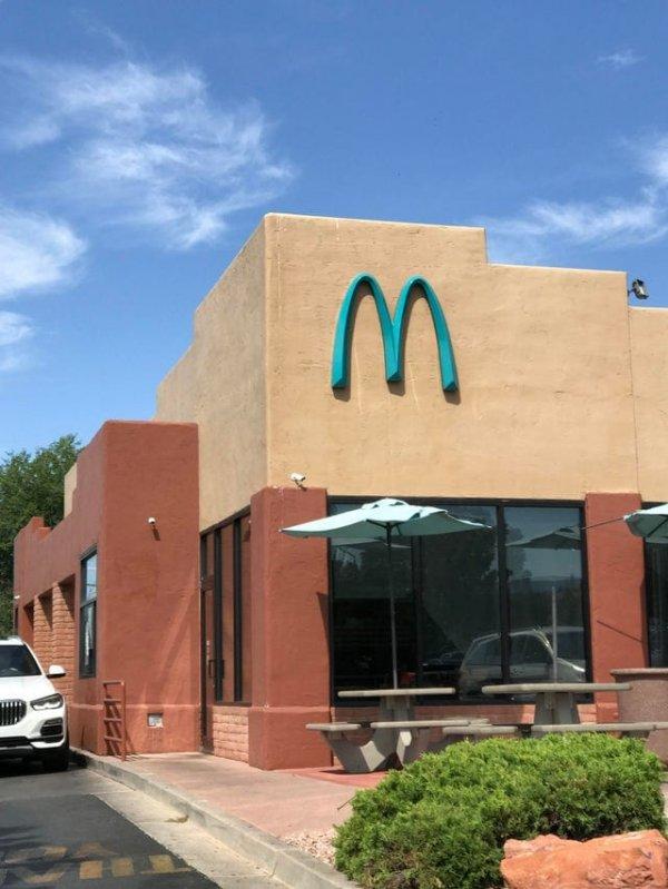В Аризоне я увидел не привычный жёлтый, а голубой логотип Макдональдса