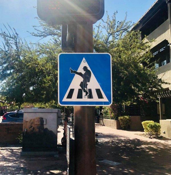 Видимо это значит, что переходить дорогу нужно широкими шагами