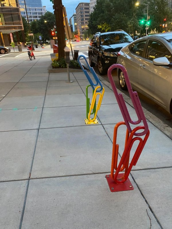 Парковка для велосипедов в виде разноцветных скрепок в Вашингтоне