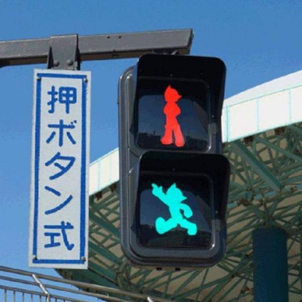 Сигнал светофора в Японии, который выполнен в виде аниме-персонажа Астробоя