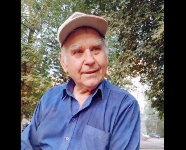 Пожилой мужчина рассказывает о том, где приходится брать продукты