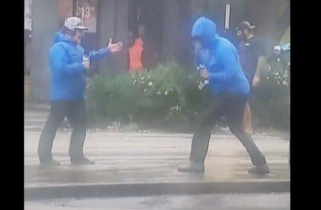 Смешные журналисты из Луизианы, показывая силу урагана, сильно переигрывают, а рядом с ними спокойно