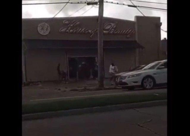 """Мародеры грабят магазины в Новом Орлеане, разрушенные ураганом """"Ида"""""""