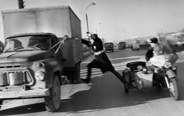 Старшина милиции Бурчу, останавливает угнанную машину на ходу, СССР, 1988 год.