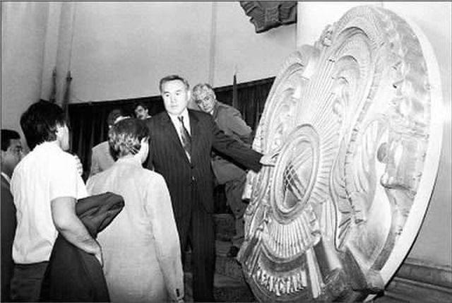 Нурсултан Назарбаев на презентации новых государственных символов независимого Казахстана, 1992 год.
