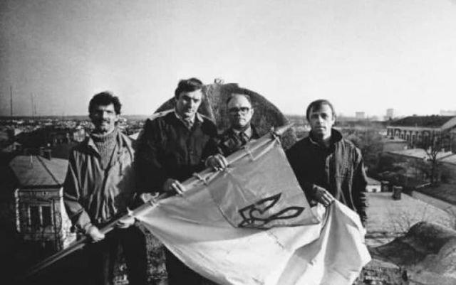 Самое первое официальное поднятие национального флага Украины, город Стрый, Львовская область, УССР, 1990 год.