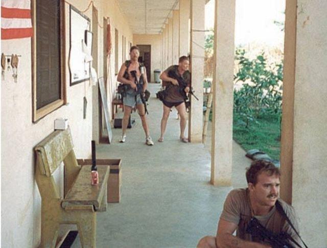 Американские спецназовцы во время отражения атаки на их базу в Сьерра-Леоне. Май 1997 года.