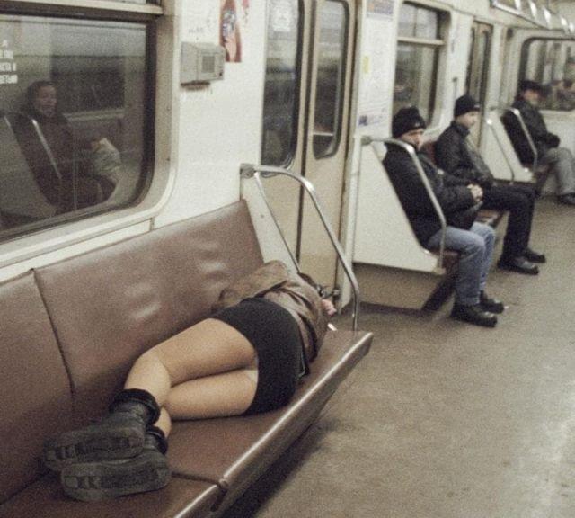 Проститутка отдыхает в вагоне Кольцевой линии Московского метрополитена