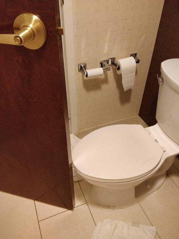 Не могу закрыть дверь в ванную в номере отеля, в котором я только что остановился, она натыкается на унитаз
