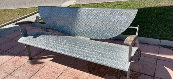 Когда становится жарко, эта скамейка раскаляется, и сидеть на ней невозможно