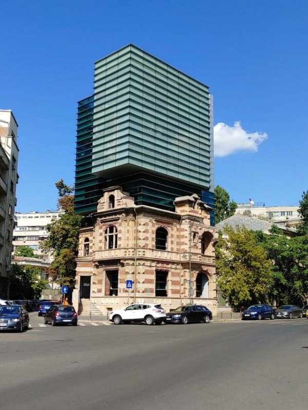 Разумное дополнение к объекту национального наследия в Бухаресте