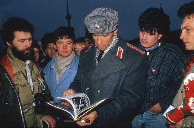 Арнольд Шварценеггер гуляет по Москве, в перерыве съёмок «Красной жары». СССР, 1988 год.
