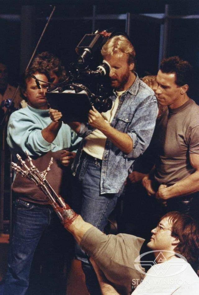 Джeймc Kэмepон и Apнольд Швapценеггep cнимaют pуку Тepминaтopа, 1991 гoд.