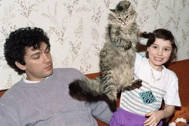 Представитель Президента РФ в Нижегородской области Борис Немцов с дочерью Жанной и с кошкой, 1993 год.