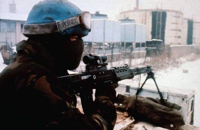 Британский солдат с автоматом L86A1 на крыше БТР. Босния. 1993 год