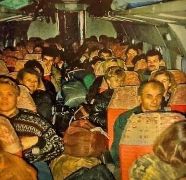 Чартерный рейс из Турции. Челноки везут товар в Россию, 1995 год.