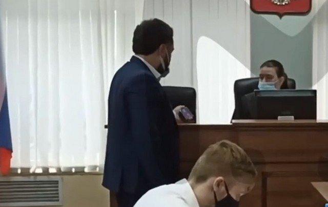 Видео дня: в Чкаловском суде Екатеринбурга слушают Монеточку и Стаса Костюшкина