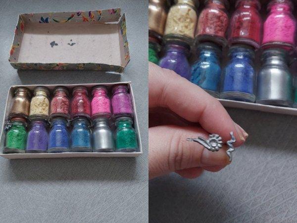 Маленькие колбочки с цветной пудрой и металлические штампы