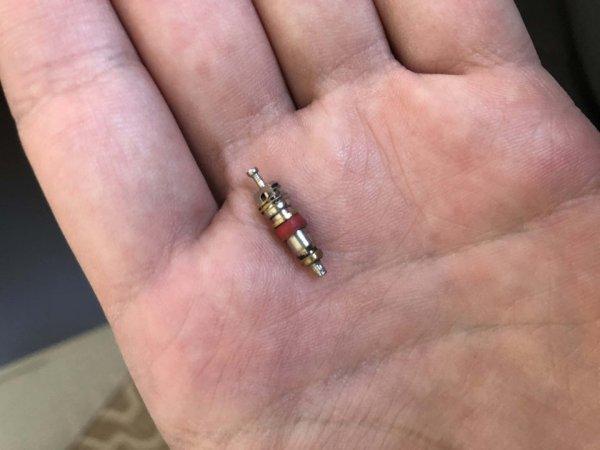 Нашла эту штуку на коврике в машине