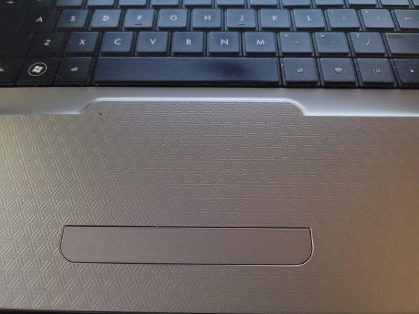 У тачпада точно такая же поверхность, как у остальной части ноутбука