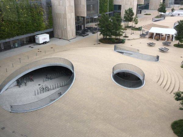 Подземная парковка велосипедов в одном из университетов Копенгагена