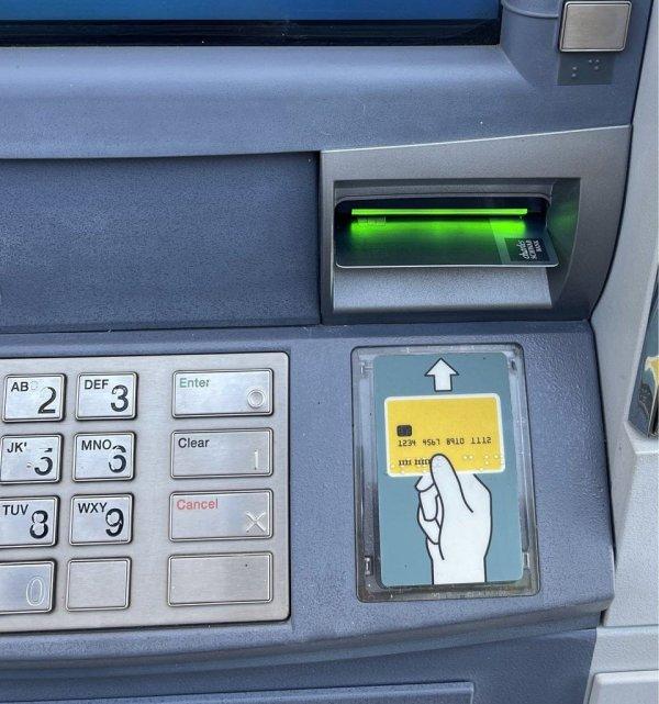 Банкомат, карту в который нужно вставлять горизонтально