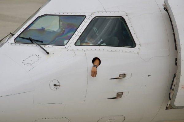 В кабине этого самолёта Saab есть отверстие для руки пилота