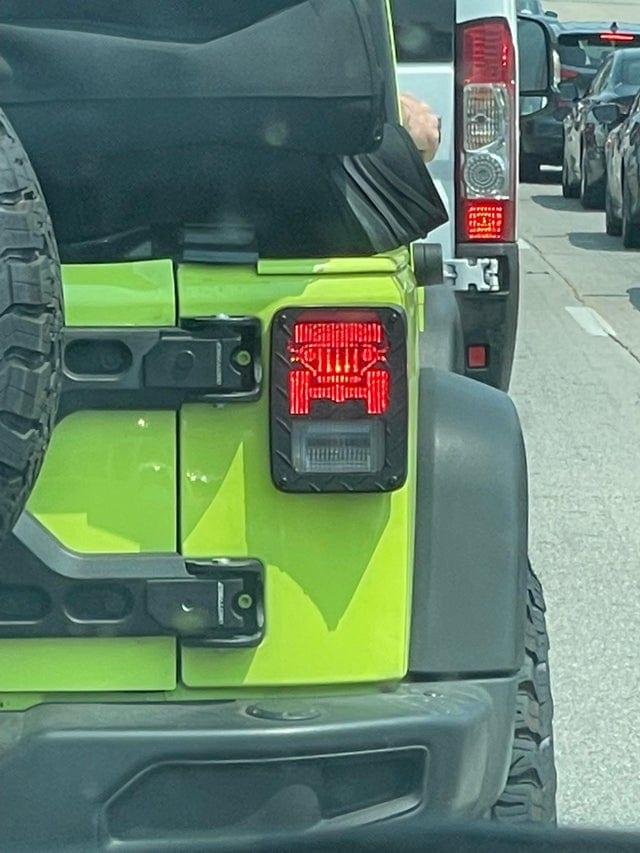 Стоп-сигналы этого Jeep выполнены в виде маленьких внедорожников