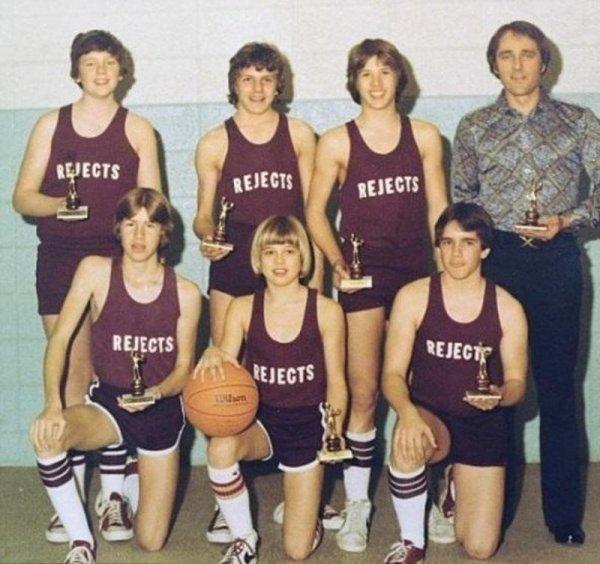 Брэд Питт в баскетбольной команде (в центре с мячом в руках)