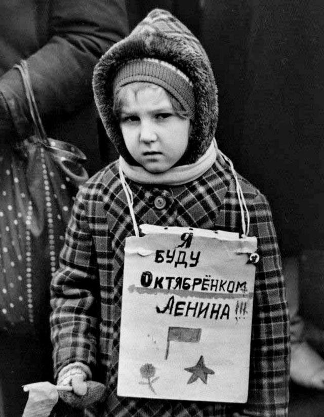 Девочка мечтающая стать октябренком. Москва, 1993 год.