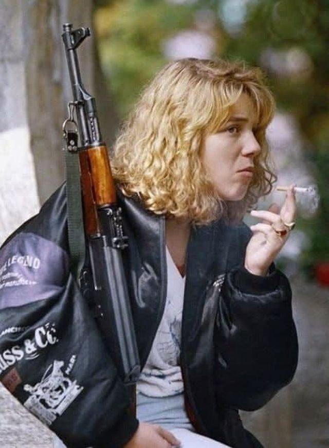 Боснийская девушка с АК-47