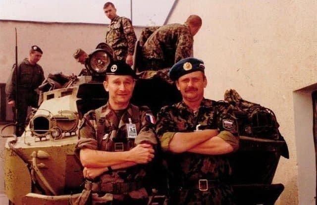 Французские и российские военные во время миротворческой миссии ООН, август 1999 года, Косово.