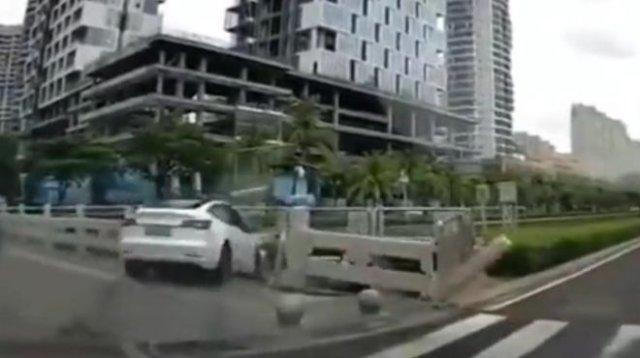Автопилот не спас Tesla от падения с моста