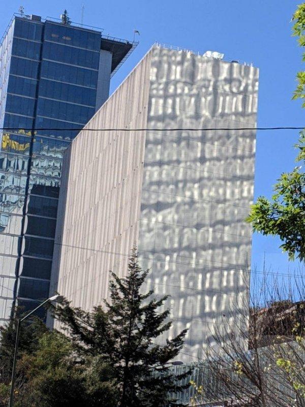 Отражения на стене здания создают эффект плохой графики