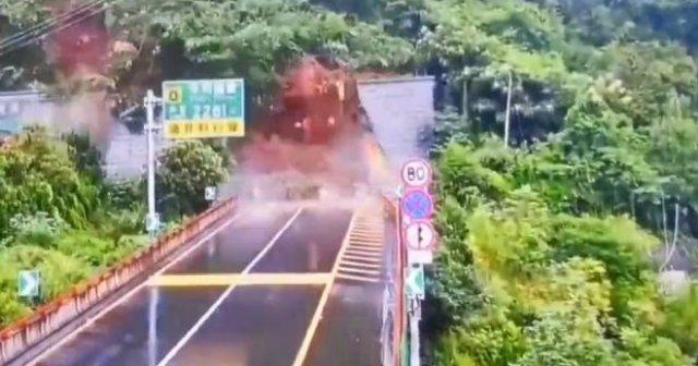 В Китае мощный оползень накрыл автомобильный туннель