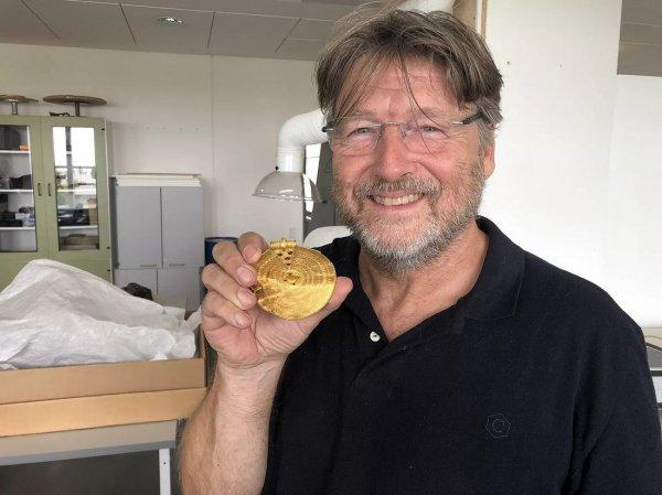археолог с монетой