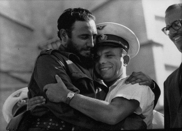 Юрий Гагарин обнимается с Фиделем Кастро, Гавана, Куба, 1961 год