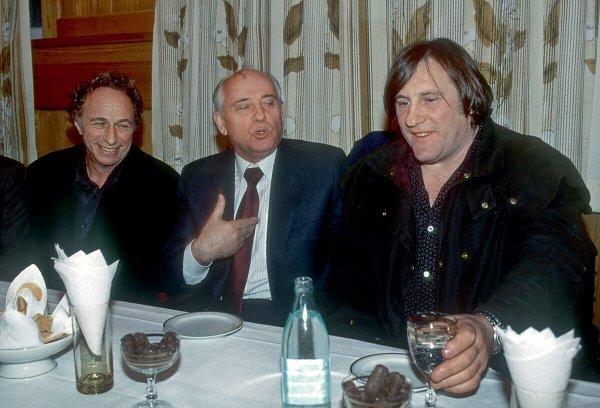 Пьер Ришар, Михаил Горбачёв и Жерар Депардье во время 18-го Московского Международного кинофестиваля, 1993 год