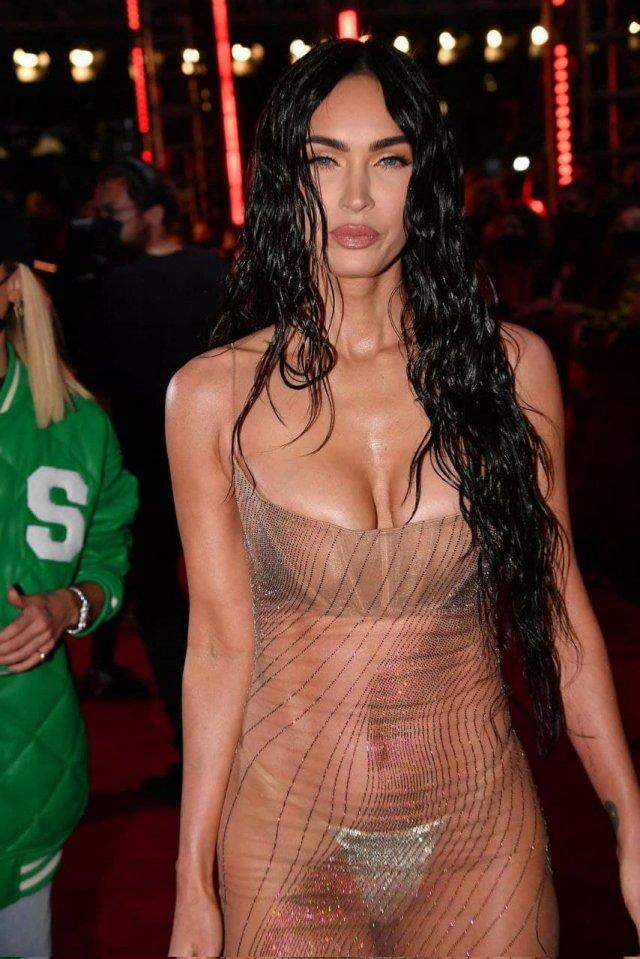 Меган Фокс пришла в «голом» платье Mugler на премию VMA