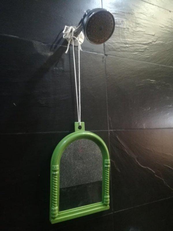 Хозяин квартиры не разрешил сделать отверстия на стене, чтобы повесить зеркало. Я решил вопрос по-другому
