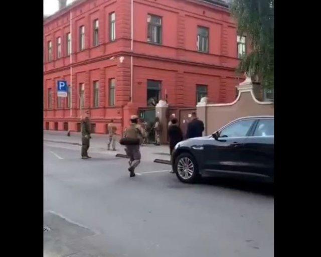Жителей Риги напугали военные, устроившие учения прямо в центре города