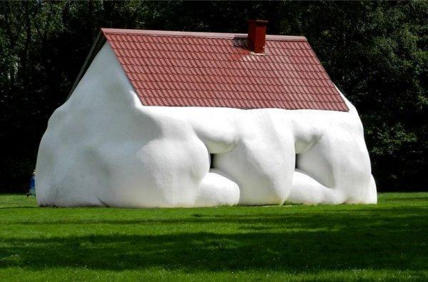 «Толстый дом» австрийского скульптора Эрвина Вурма