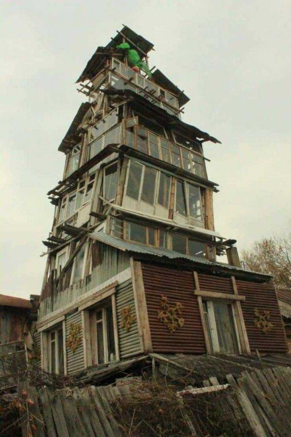 Шаткое здание, сделанное из окон