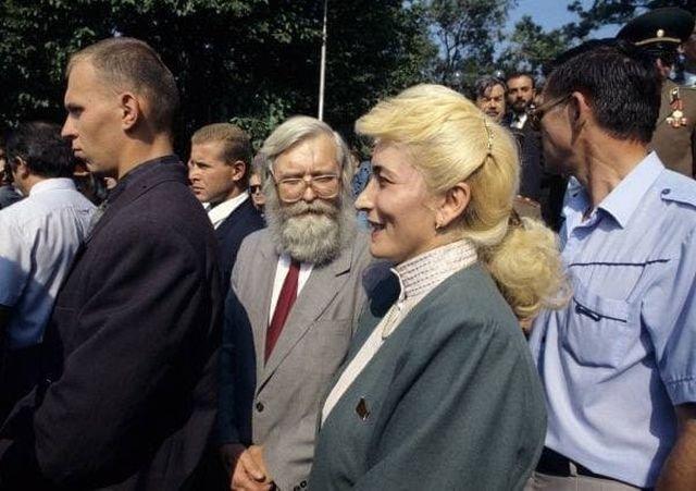 Сажи Умалатова среди жители Приднестровья на военном параде в Тирасполе