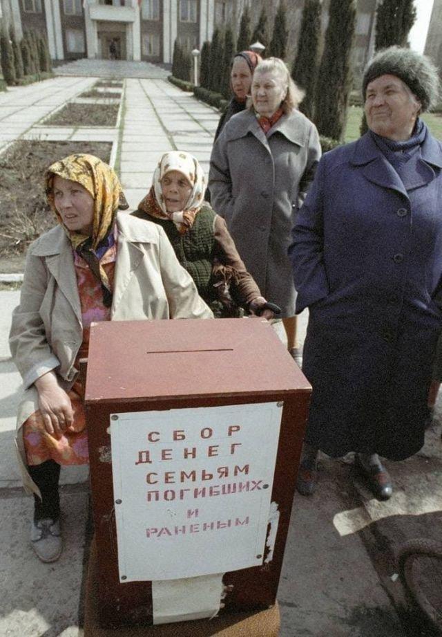 Жительницы Дубоссар возле ящика для пожертвований