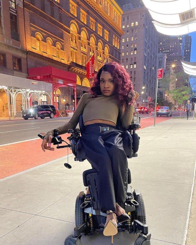 Аарон Филипп стала первой темнокожей трансженщиной-моделью в инвалидном кресле