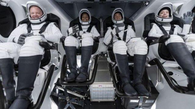 Первый гражданский экипаж отправился в космос на корабле Crew Dragon