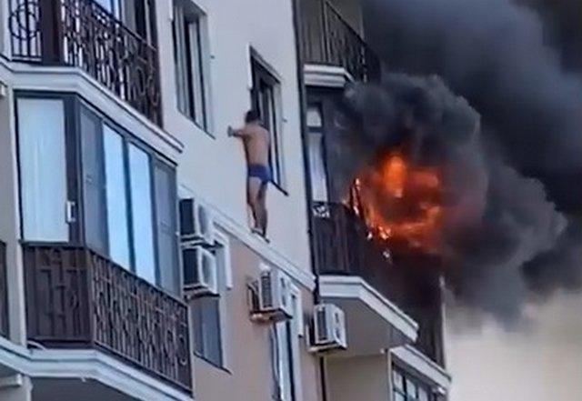 Житель Анапы, спасаясь от пожара в квартире, вылез на карниз