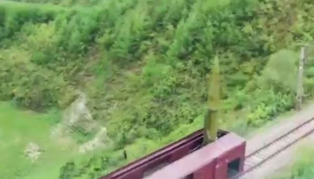 Северная Корея демонстрирует мощь своей армии с помощью ракетного комплекса, запускающего снаряды пр